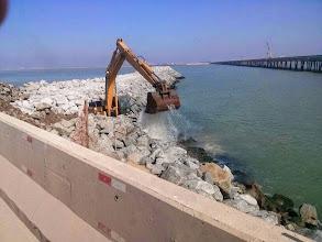 Photo: Reparo do quebra-mar depois de ressaca Maio 2014