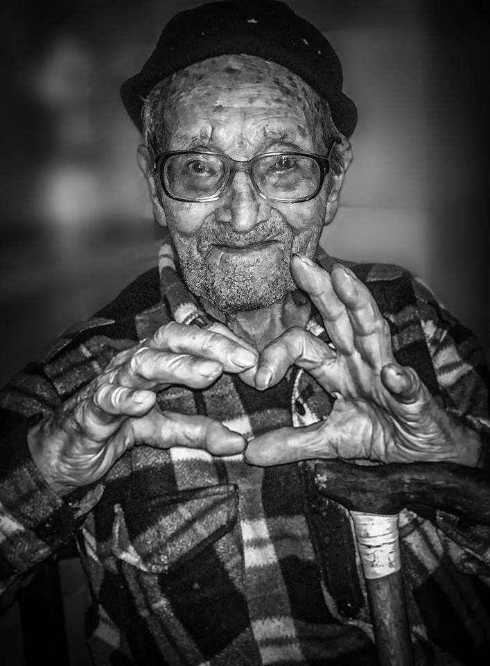 nonno di 95 anni saluta tutti con il cuore  di giuseppe_mirabella