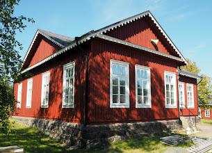 Photo: Ja tämä. Huomaa koristeet kattokolmiossa, ne ovat venäläistä tyyliä, sillä pääosa rakennuksista on venäläistä perua ja arkkitehtuuria