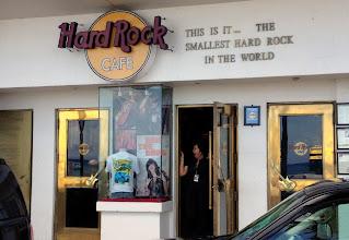 """Photo: Olisikohan näin - tosin sitten Cozumelissä oli ainakin kaksi Hard Rock Cafeeta, joista toinen """"normaalin"""" kokoinen"""