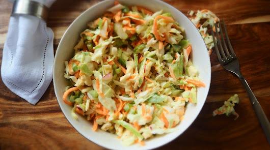 Aprende a preparar una refrescante ensalada de col con pollo y pasas