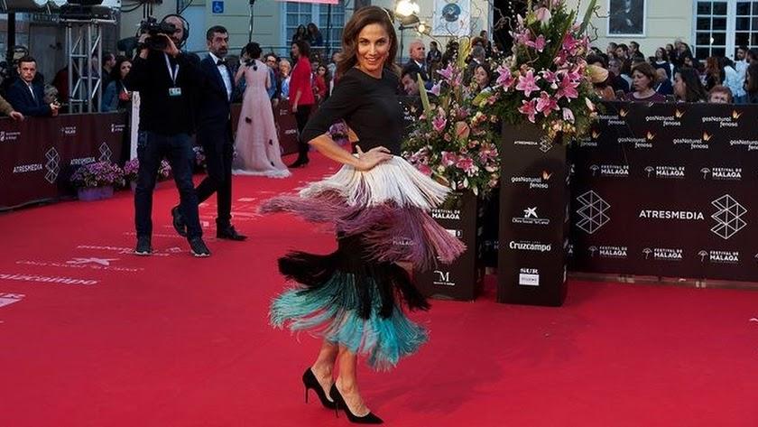 La actriz Toni Acosta en la alfombra roja del Festival de Cine de Málaga, luciendo el diseño de la almeriense Loreto Martínez.