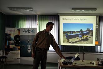 """Photo: Krzysztof Płatek prezentuje relację z udziału koła naukowego w zawodach """"Air Cargo Challenge 2013""""."""