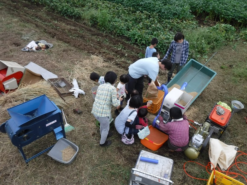 籾摺り機には、みんな興味津々でした。