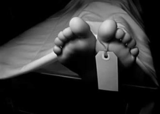 Cadaver recostado en una camilla de la morgue
