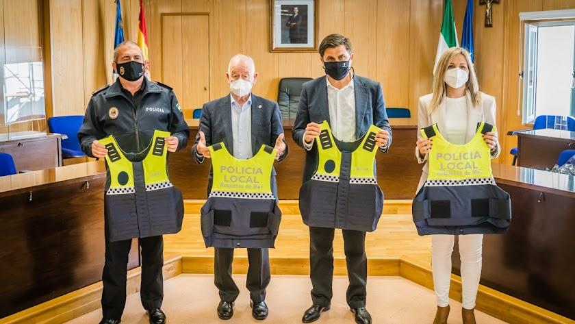 Presentación de los chalecos adquiridos en Roquetas de Mar.