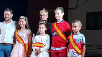 Las Reinas y Misters de las Fiestas con el pregonero y la presidenta de la Asociación de Vecinos.