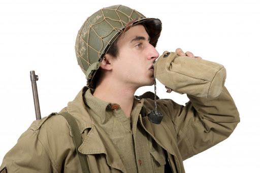 soldado bebendo agua