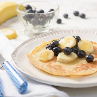 Dinkel-Pfannkuchen mit Heidelbeeren und Banane