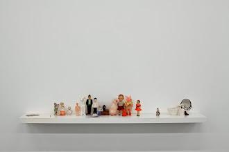 Photo: Ellos 2014 Figurines, espejo, líneas de lápiz, arena azul sobre estante blanco. 25 x 175 x 25,5 cm