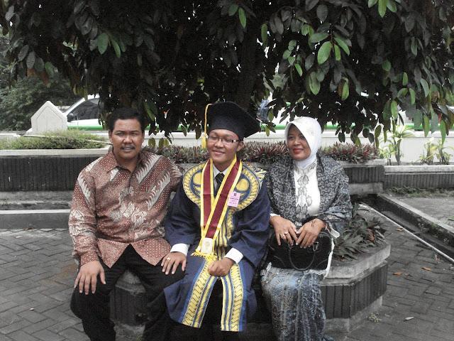 Berfoto bersama Orang Tua