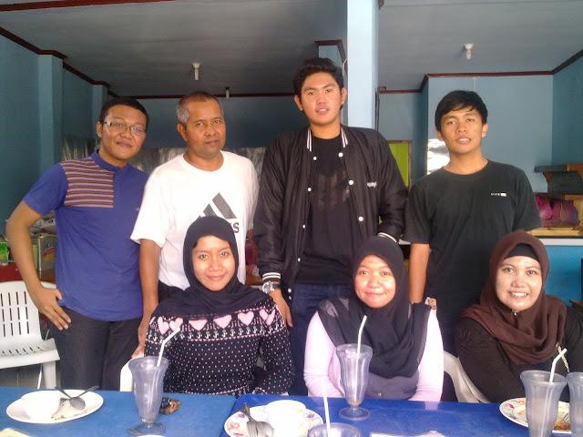 Berfoto bersama mantan mahasiswa bimbingannya di UII