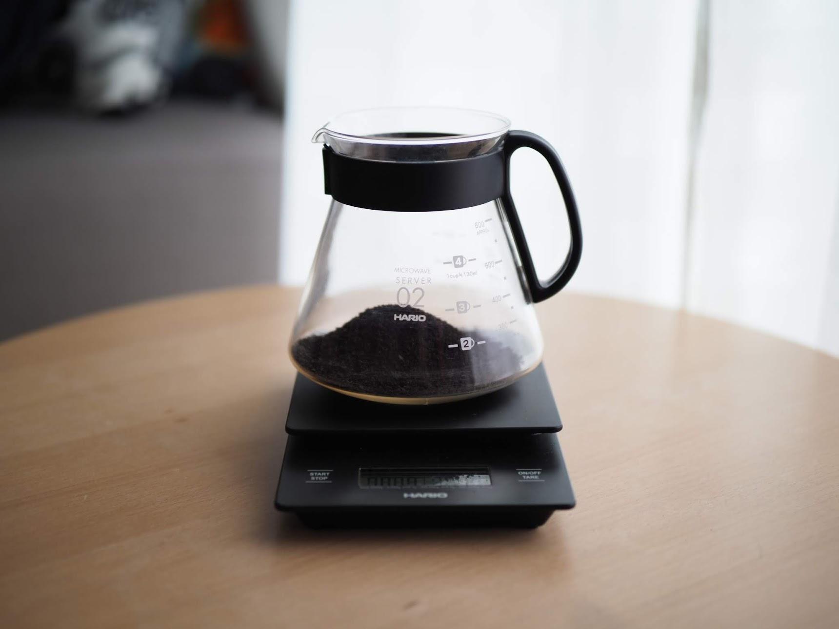 コーヒーサーバーに細挽きコーヒーを入れる