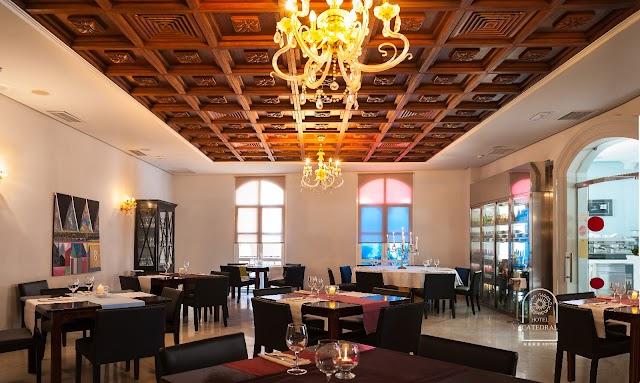 En Hotel Catedral dan rienda suelta a la innovación pero siempre manteniendo la referencia de la comida tradicional almeriense y mediterránea.