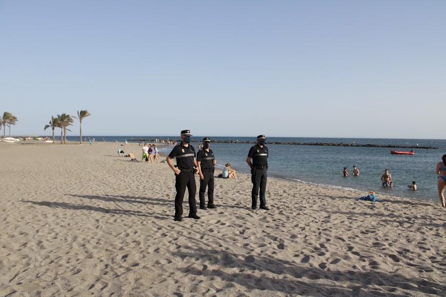 La Policía Local controlando que se cumplan las medidas en las playas capitalinas.