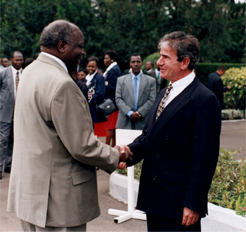 H.E. Mwai Kibaki, President of Kenya (2002 – 2013) and Patron of the Kenya Golf Union, welcoming Tobs, Chairman of the Kenya Golf Marketing Alliance (KGMA) at State House Nairobi on 24 April 2003.