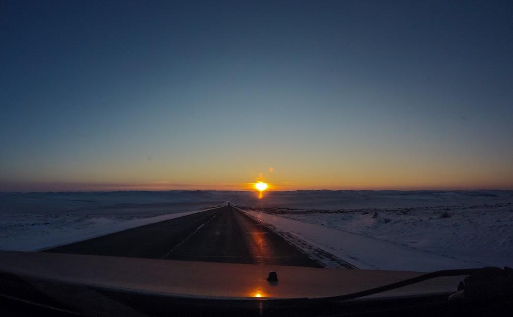 Путешествие на автомобиле. Зимняя дорога по степям Забайкалья в сторону ЖД станции Бырка, недалеко от поселка находятся пещеры Хээтэй