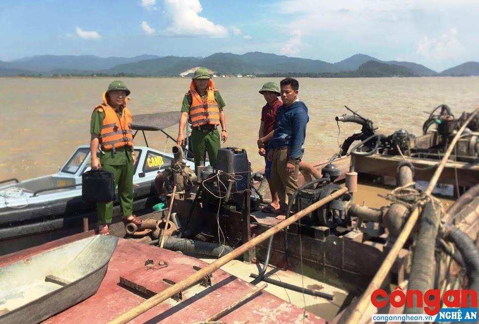 CBCS Phòng Cảnh sát Môi trường kiểm tra phương tiện khai thác cát, sỏi trái phép trên tuyến sông Lam