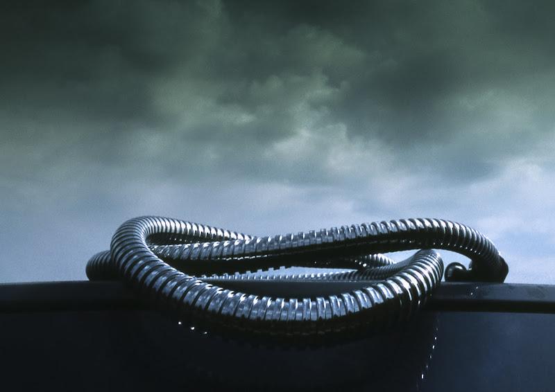 Serpente d'acciaio su cielo di piombo di mt antona
