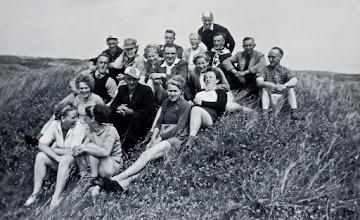 Photo: Ameland 1954 v.l.n.r. vooraan Geertje Lanjouw Rd. en Aaltje Brinks 2e rij: Giny Lanjouw, Bertus Jonker en Tineke Heiminge 3e rij: Harm Zandvoort, Hendrik Scheper, H. Enting, Aaltje Moek, dominee Van Wezep, Aaltje Hadderingh en Hennie Vedder. Achteraan: Herman Bruins, Willy Kerkveld,Willem Wilms Jzn, Hendrik Witting, Willem Wilms Jtzn. en Lucas Westerhof