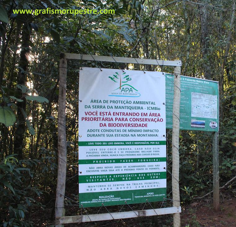 Placas com informações importantes de impacto na natureza e mapa macro da trilha.