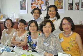 Photo: Une photo de souvenir Thanh Van, Dung, Phuong Lan, Bach Bich, Evelyne (debout) Anh Tram, Lam Dien