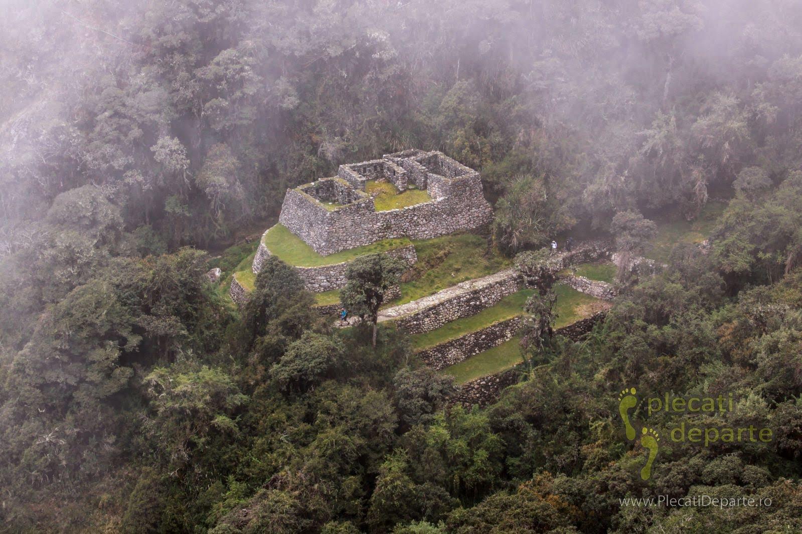 Langa cetatea Sayakmarca, in a 3-a zi pe traseul Inca Trail (Drumul Incas) spre Machu Picchu