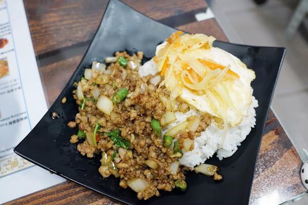 四方象泰國路邊攤小吃 Sifang Thai Cuisine。推薦打拋豬飯好好吃!