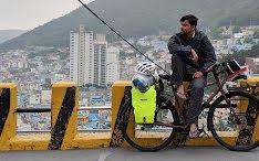 Fai la conoscenza dell'uomo che diffonde un messaggio di pace con una bicicletta e con l'aiuto di Google Traduttore