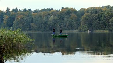 Photo: Angler in ihrem Ruderboot auf dem Großensee unterwegs