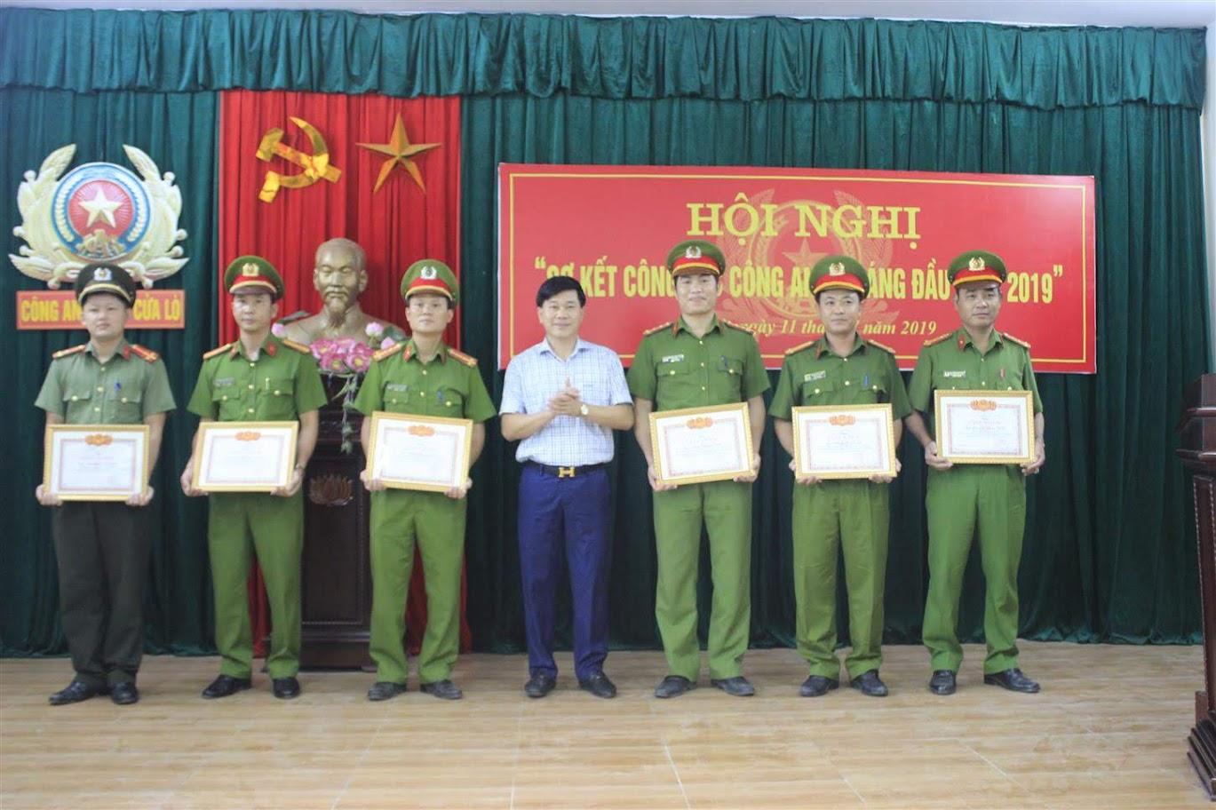 trao Giấy khen của Giám đốc Công an tỉnh và Chủ tịch UBND xã cho 16 cán bộ, chiến sĩ có thành tích xuất sắc