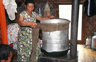 Photo: 03314 ハドブルグ家/アルヒ(蒸留酒)の蒸留/馬以外の家畜の乳を発酵させ蒸留した酒