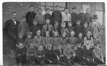Photo: Schoolklas (1925) Wat een sombere gezichtjes.