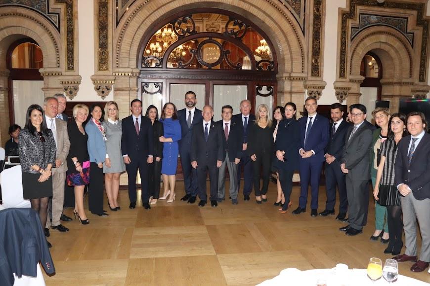 Delegación almeriense en Sevilla para acompañar al alcalde.