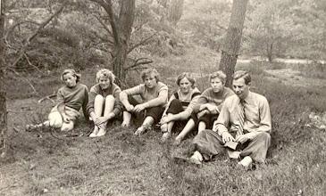 Photo: Seichien Oosting, Giny Poelman, Jantje Martens, Reina Pepping, Boelina Rabs en Dominee De Jong