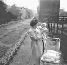 Photo: Sommer/Herbst 1957: Die stolze Mutter mit dem Kleinen. Noch nicht lokalisiert. Im Hintergrund eventuell Krähnocken/Hüttenberg oder der (weitgehend abgeholzte?) Goldberg.