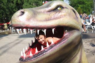 Foto: Wictor provar också på att vara dinosauriemat ;)