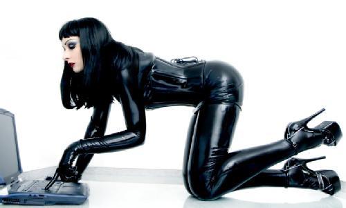 красавица в черном латексе