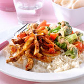 Sajoer met broccoli en tomaat en Balinese vleesreepjes