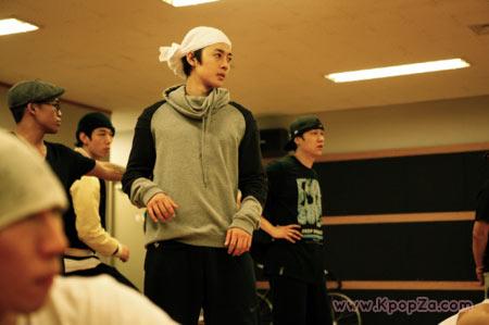 ภาพเบื้องหลังการซ้อมเพื่อคัมแบ็คอัลบั้มใหม่ของ Kim Hyun Joong