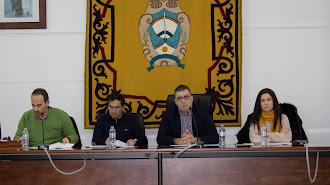 Celebración de un Pleno en el que aparece el alcalde (segundo por la derecha) junto al último secretario.
