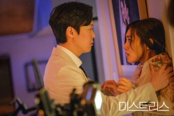 5 kiểu ngoại tình sôi máu trong phim Hàn, tức nhất là màn cà khịa bà cả của bản sao Song Hye Kyo ở Thế Giới Hôn Nhân - Ảnh 16.