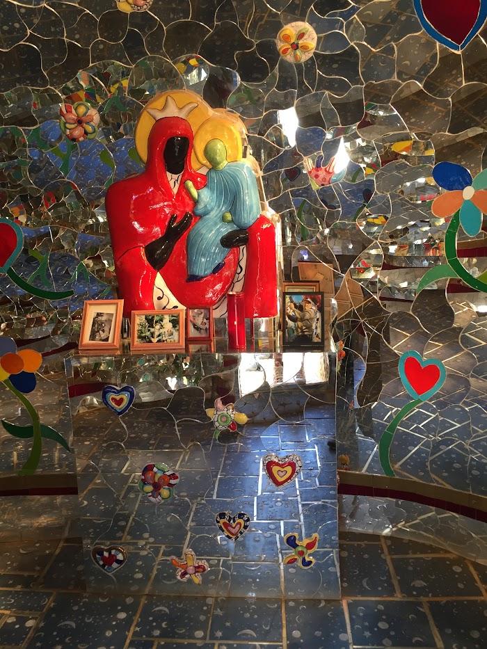 Niki de Saint Phalle, La Temperanza (particolare della Madonna nera nella picola capella), Giardino dei Tarocchi, Capalbio, Toscana
