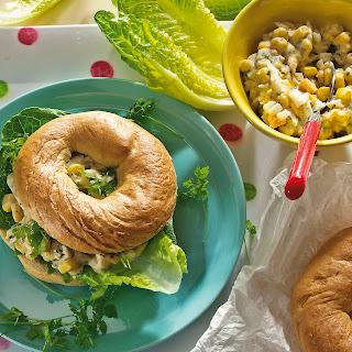 Knusprige Bagels mit Eier-Mais-Salat