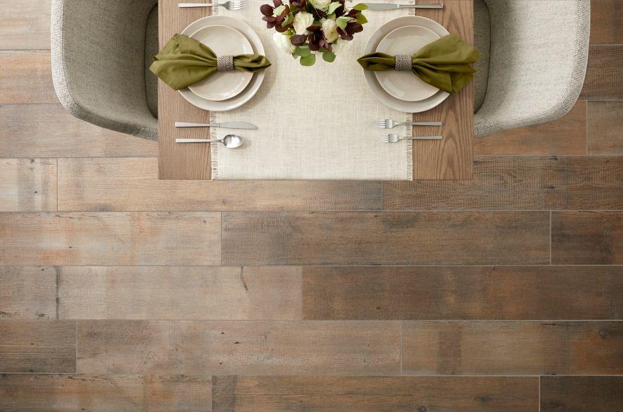 Sàn nhà bếp màu nâu gỗ trông.