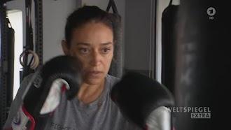 Hala Al Hamrani mit Boxhandschuhen.