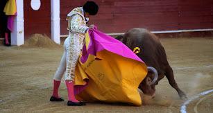 Ruiz  Manuel, toreando de capote a su primer toro.