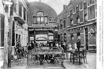 Photo: 1918 Hof van Holland was aangebouwd tegen de vroegere herberg De Zwaan (Haagsemarkt 12-14, links te zien)