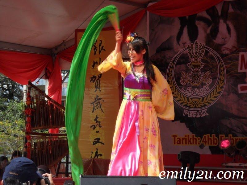 Joanne Lai fan dance