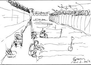 Photo: 菜圃2010.11.02鋼筆 圍牆和車道圍籬間,開闢成了簡單的農場,今天我帶著收容人去挖出之前種的地瓜,一名頭髮已長長的收容人應是不久即將出監,他蹲坐在一旁,眼神凝視著菜圃,我知道他看的不是地瓜,而是回家後的未來…